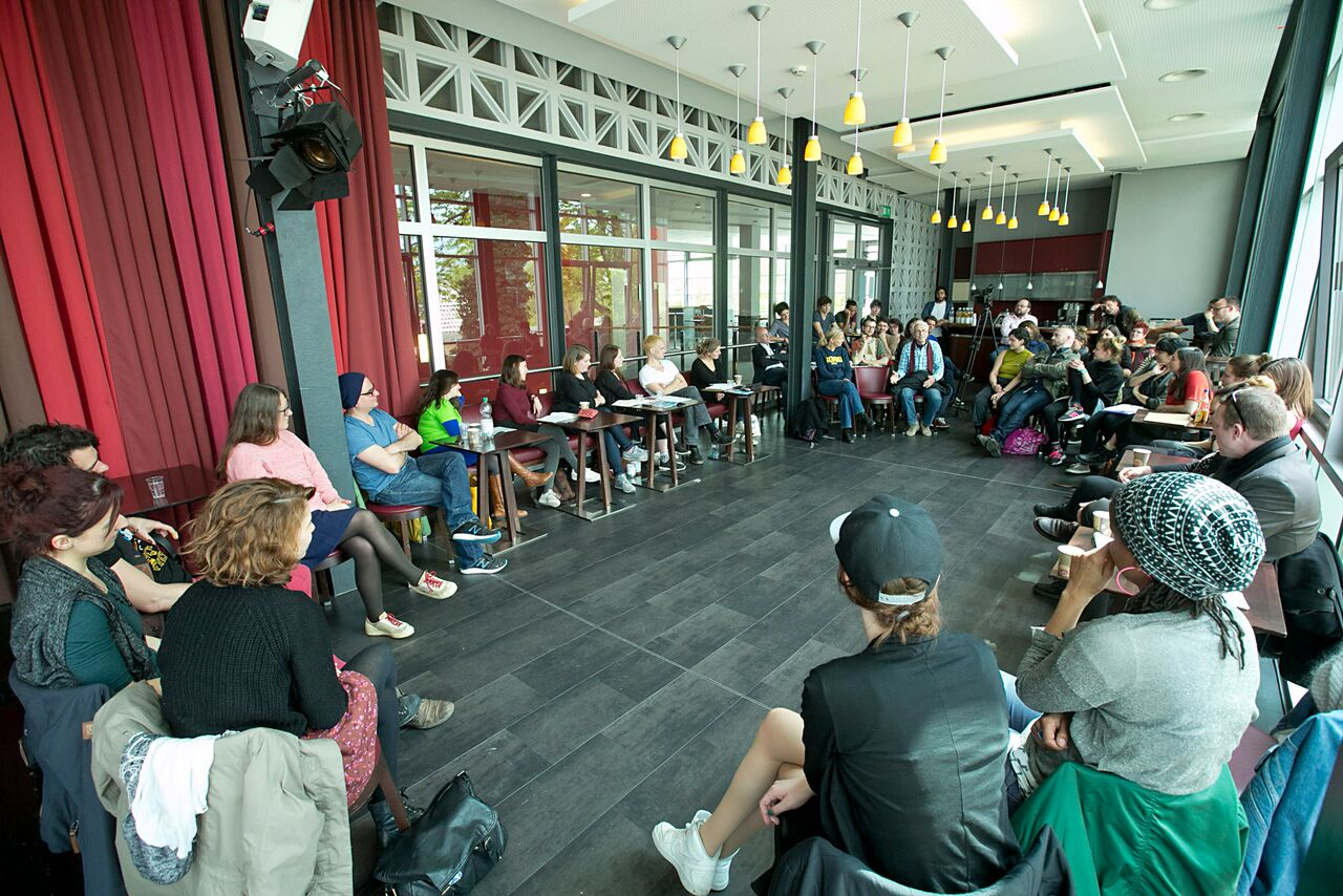 CCT Leipzig: Theaterarbeit mit Geflüchteten. Couchgespräch zwischen den Studierenden der Theaterwissenschaft und den Projektleiter*innen <br>©David Baltzer