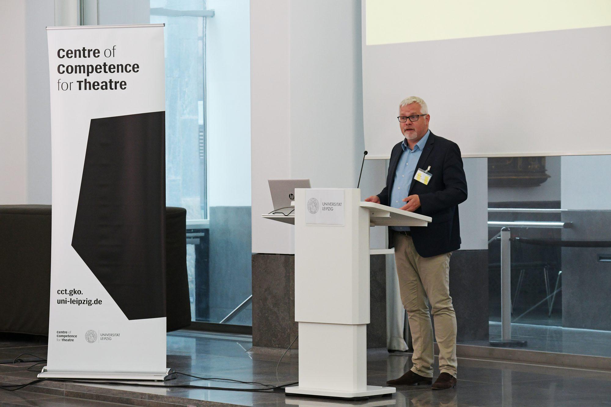Uwe Gaul, Staatssekretär im Sächsischen Ministerium für Wissenschaft und Kunst, bei der Eröffnung des Symposiums im Paulinum der Universität Leipzig. © CCT/Daniel Herold