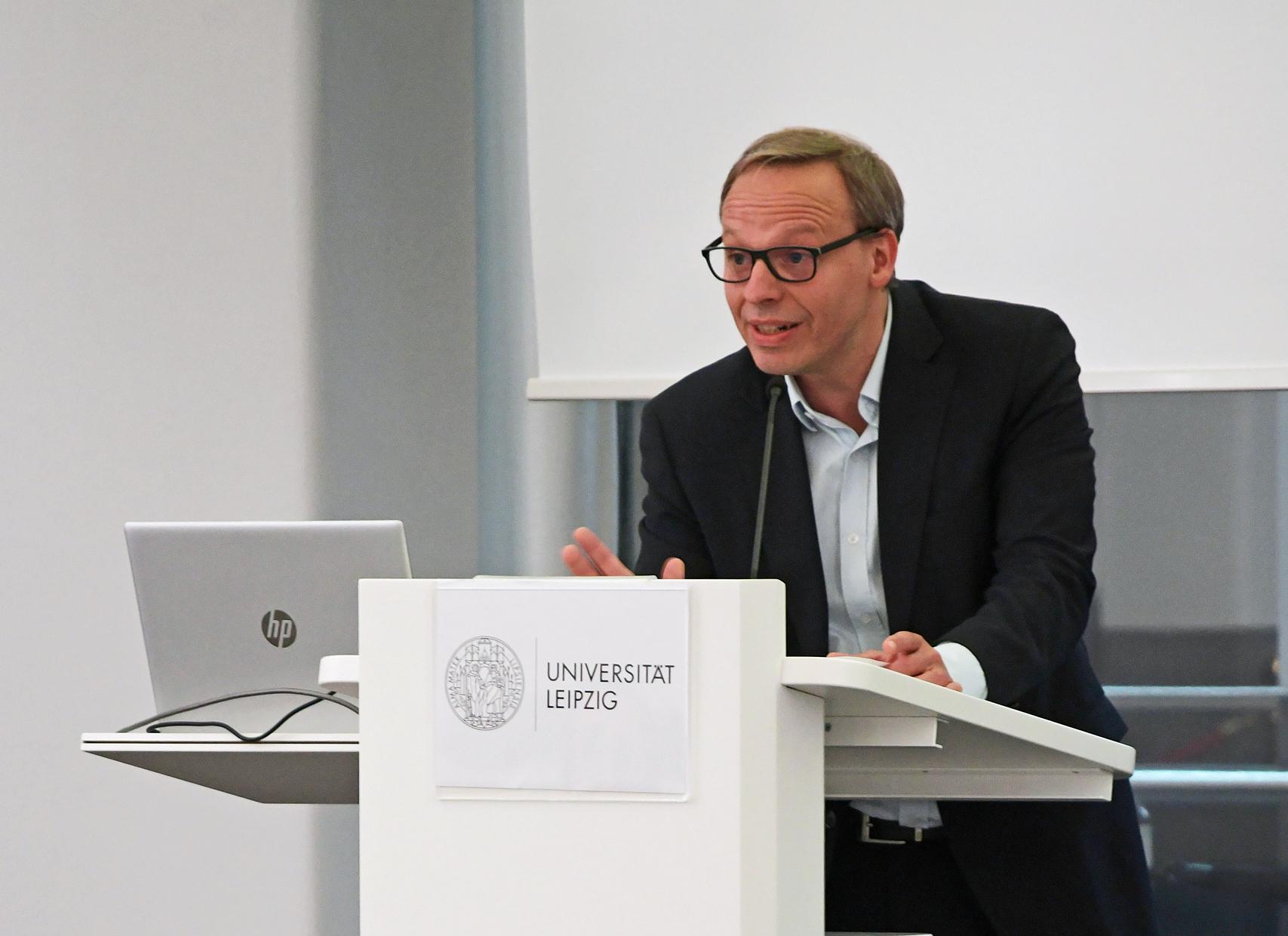 Enrico Lübbe, Intendant des Schauspiel Leipzig, bei der Eröffnung des Symposiums im Paulinum der Universität Leipzig. © CCT/Daniel Herold