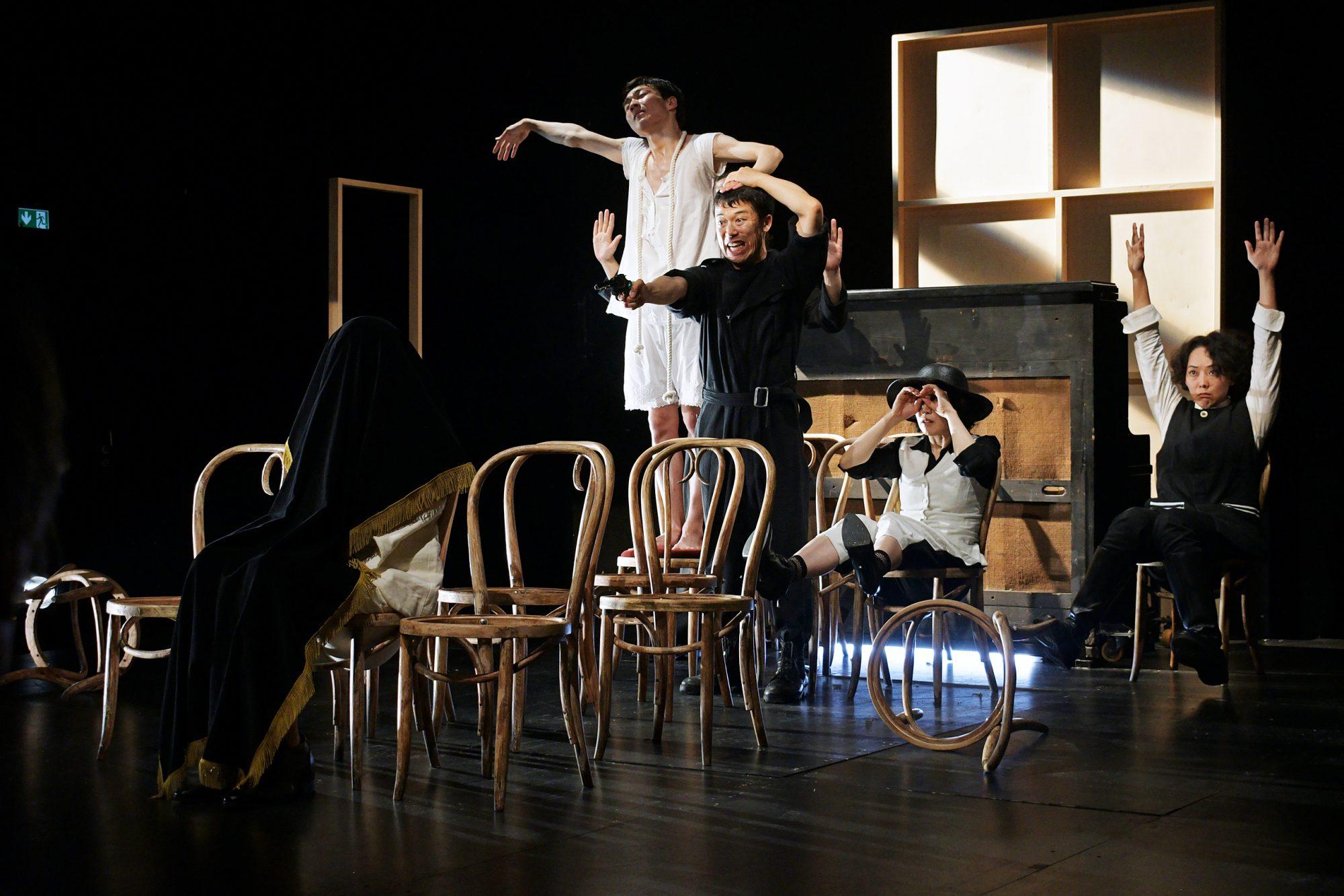 Brechtseller der japanischen Performancegruppe Chiten. © CCT/Daniel Herold