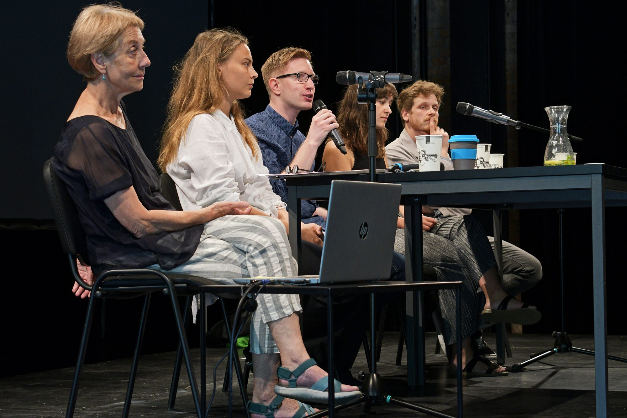 Prof. em. Dr. Gerda Baumbach im Gespräch mit der Leipziger Theatergruppe Compania Sincara. © CCT/Daniel Herold